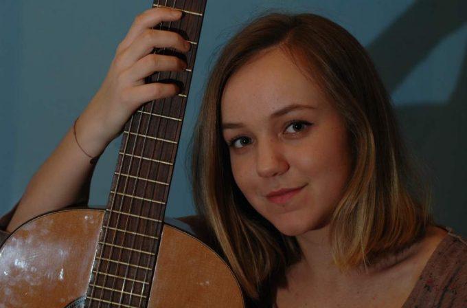 Johanna Palkovits mit Gitarre