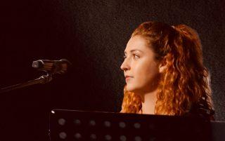 Die Sängerin/Songwriterin Julia Horvath