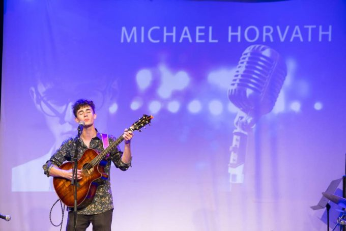 Michael Paul spielt Gitarre on stage