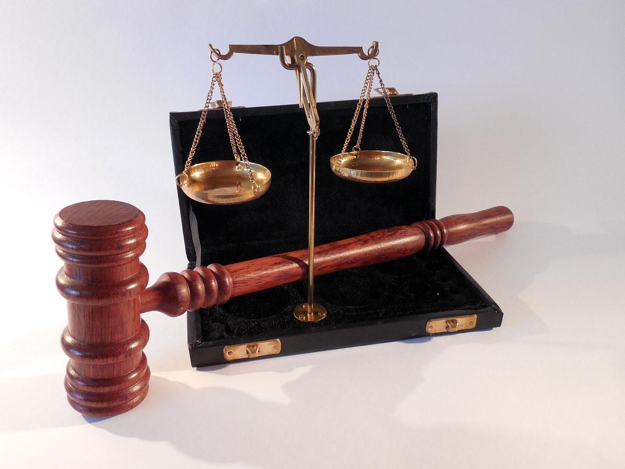 Hammer und Waage als Symbol der Justizrepresenting the SongChallenge rules
